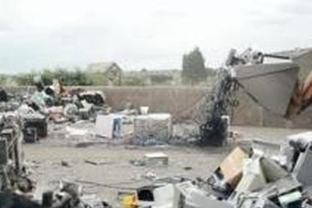 彭州一化学品公司厂区内挖坑埋工业废物 3人获刑