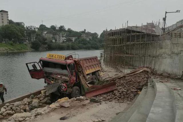 自贡一货车撞上公交车后穿越公路坠下大桥 致多人受伤