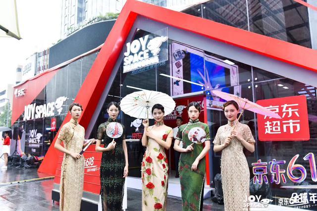 特邀嘉宾罗三裁——龚氏旗袍第四代传人,带来极具中国文化特色的旗袍展示。