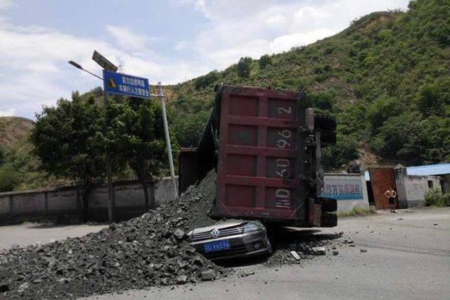 攀枝花大货车侧翻砂石掩埋轿车 6人抢救无效不幸身亡