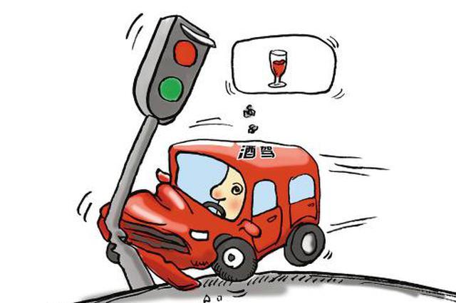 """男子借酒浇愁后开车""""横着走"""" 两次撞车逃逸还袭警"""