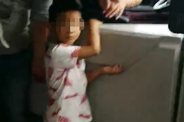 南充4岁男孩上错公交车 众人帮忙找到家人