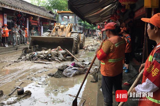 洪水退去 四川阆中古城千人路面清淤