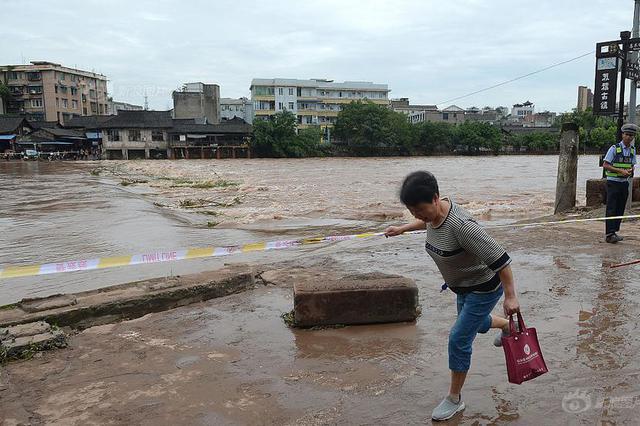 乐山昨夜普降大到暴雨 大渡河洪水黄色预警