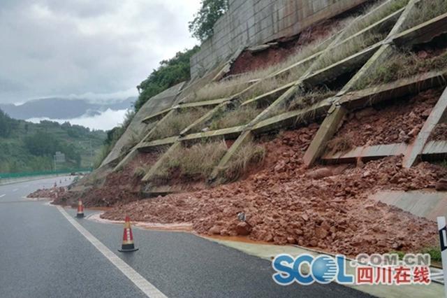 雅康高速再遇滑坡塌方 交通管制仍在继续