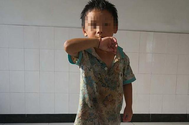警方为这个5岁男童找父母:疑似自闭症 家人失联超5天