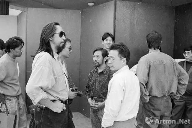 1992广州双年展开幕式前,左起:曾浩、王广义、张晓刚、栗宪庭、周春芽、魏光庆、叶永青(肖全 摄 )