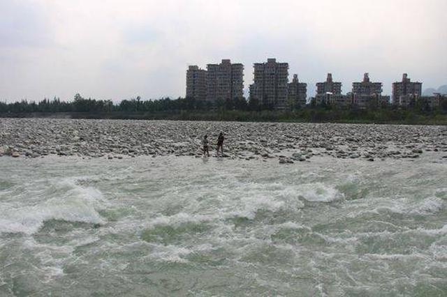 两游客被困金马河河心岛 直升机与消防联动助游客脱险