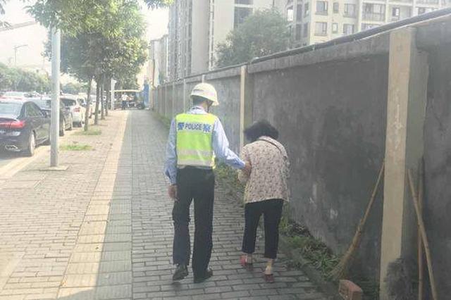 两位老太街头迷路执勤民警帮送回 假日外出记得携带亲属联系方