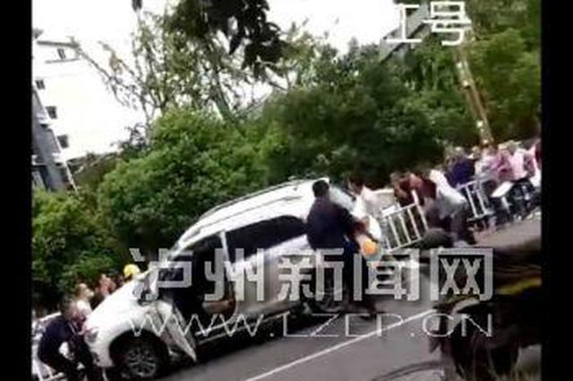 小孩过人行道被卷入车底 路人合力抬车救人