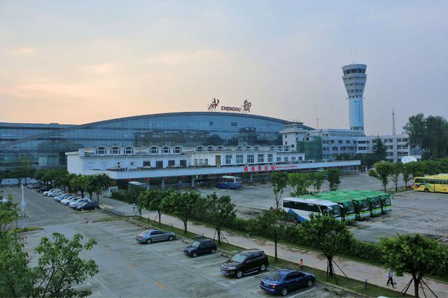 成都机场小高峰将持续至今日