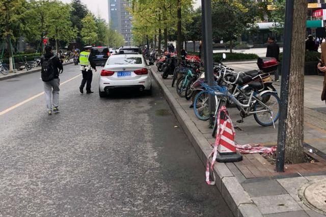 乱停车导致道路拥堵 网约车接客、路边等人是主因