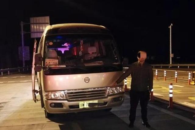彝族年临近 雅西高速交警一晚连查两起严重超员