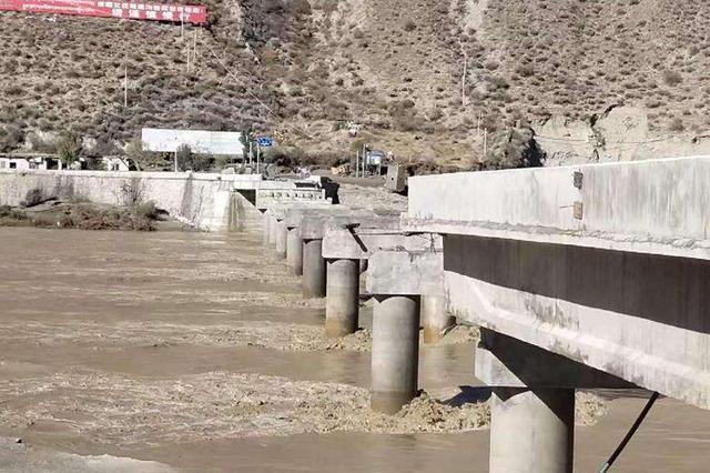 国道318线竹巴笼金沙江大桥被冲毁致断道 车辆绕行