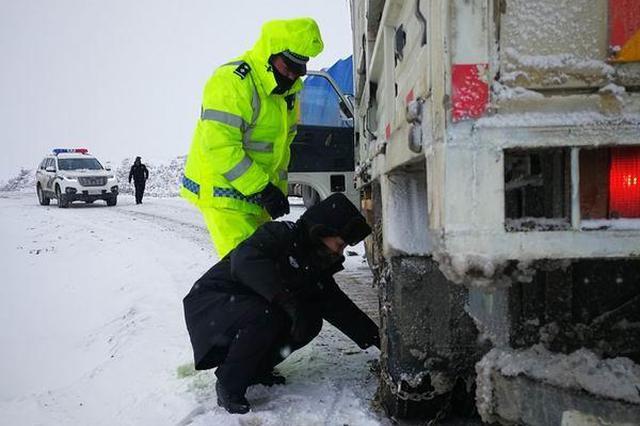 阿坝15条国省道部分路段积雪严重 车辆出行请带防滑链