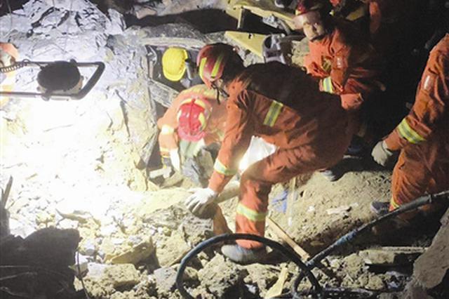 泸州叙永山体滑坡12人被埋 连夜大救援