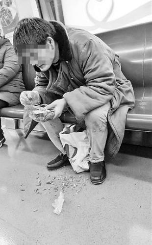 男子车厢内吃小龙虾被曝光 地铁方面称无强制执法权
