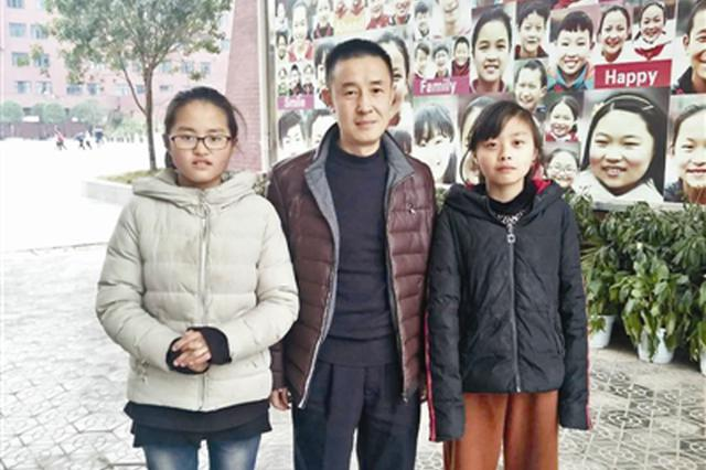 交警资助车祸死者双胞胎女儿6年 两姐妹说:他老了我们来养
