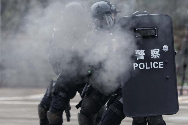 自贡警方冬训练兵 场面震撼如大片