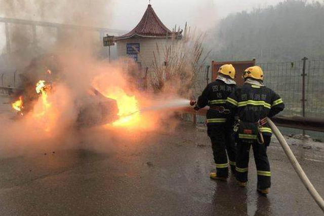 达州一小轿车雨天自燃 未造成人员伤亡