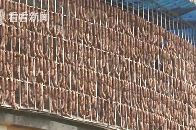 乐山香肠挂满10米防盗窗 主人低调称全是送人的