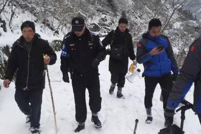 """男子不走寻常路被困""""雪山"""" 警民出动无人机找了十几个小时将"""