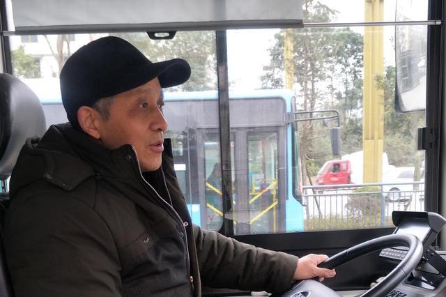 广元醉酒男坐过站 堵住车门让公交司机将车退回站台下车