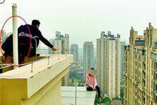 武汉女子轻生欲跳34楼自杀 女警寒风中跪劝两小时