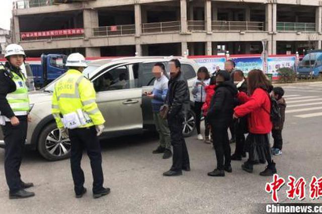 广东一辆核载7人面包车挤进11人 司机被记6分