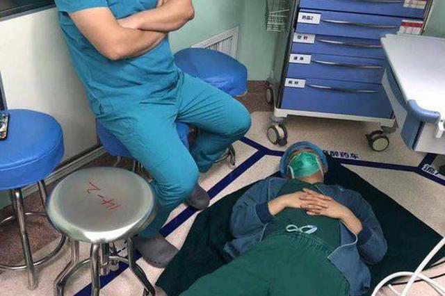 晕倒在手术台旁?乐山医生:已做四五台手术抽空躺地上打盹