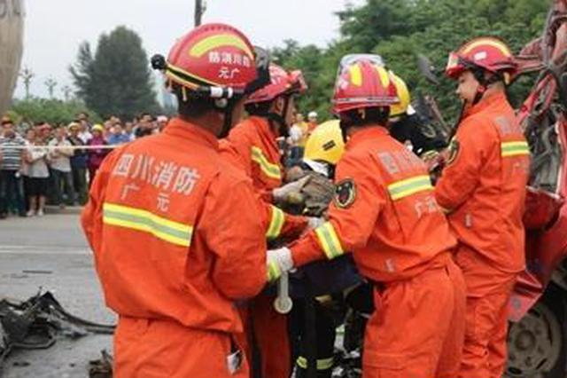 广元小型货车追尾水泥挂车 致两人死亡一人受伤