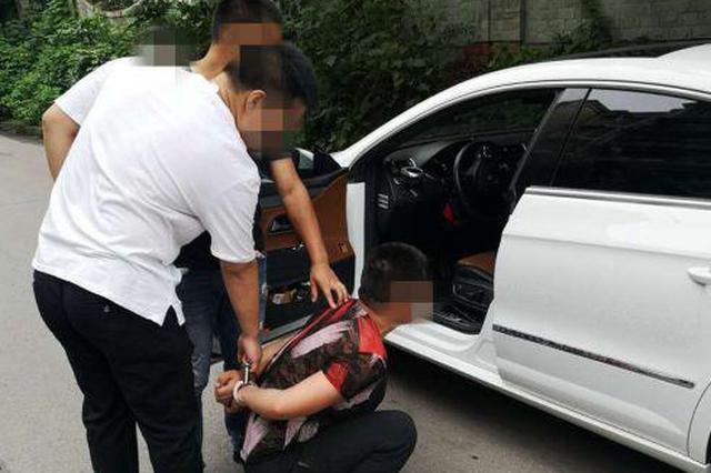 自贡富顺一对男女在美容院吸毒被逮