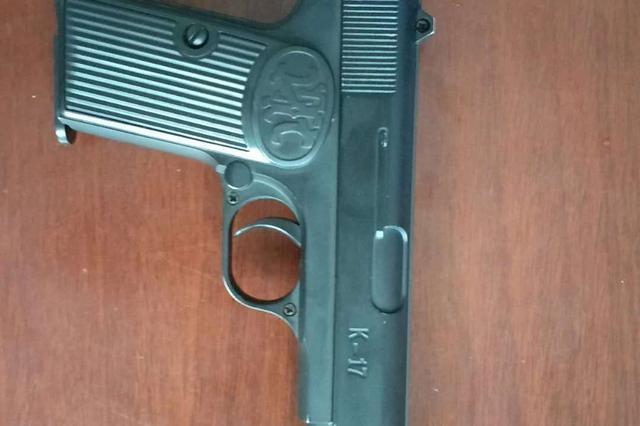 4名少年手持玩具枪抓了吸毒人员 警方:不提倡