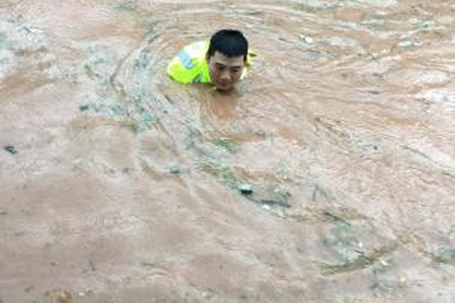 四川巴中持续强降雨致3万余人受灾 多条道路中断