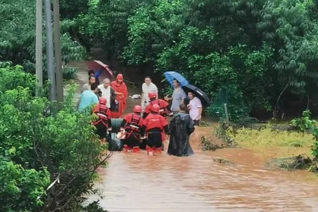 简阳河水泛滥 简阳消防划橡皮艇救援被困群众