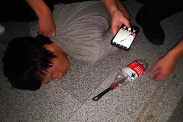 女子深夜等车被捅 警方:嫌犯无业 酒后心中压抑行凶