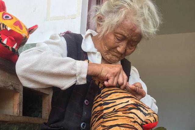 """95岁励志婆婆做""""老虎枕""""卖 挣钱为让脑瘫外孙娶上媳妇"""