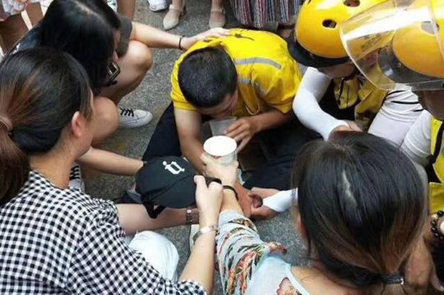 四川三兄妹因车被阻殴打外卖小哥 遂宁警方:拘留