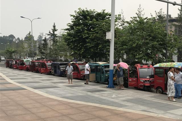 这里三轮车排成长龙 乐山市民吐槽又堵又危险