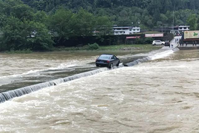 轿车过漫水桥突遇河水暴涨 巴中通江警民合力救人