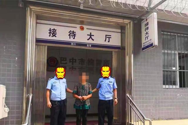 巴中一女子驾车强行冲卡被拘留