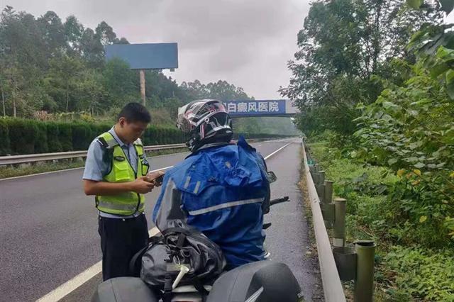 小哥带伤冒险骑摩托车上高速被交警查获