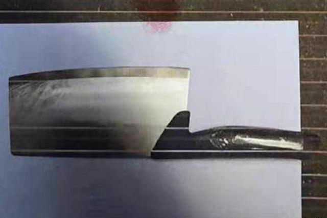 犯罪嫌疑人从高空抛下的菜刀。成都青羊警方供图
