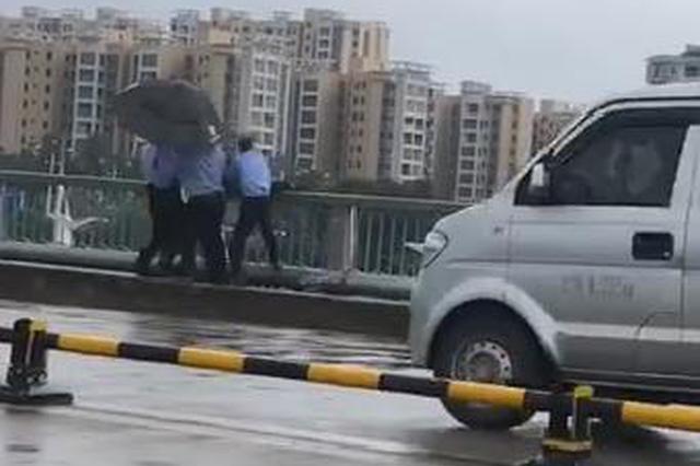 好险!男子跳河轻生 民警将他从桥外悬空救起