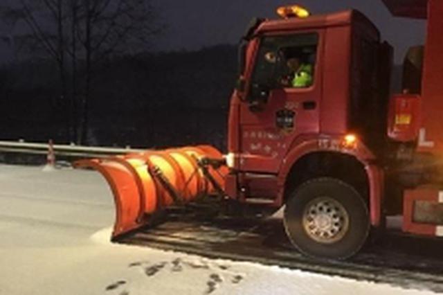 雅西高速拖乌山路段路面积雪 实施交通管制 警车带道通行
