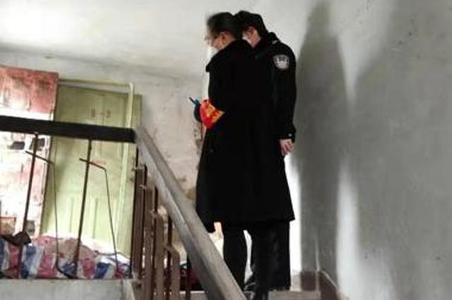 男子蜗居楼梯间生病一周没人管 社区和民警都来帮他