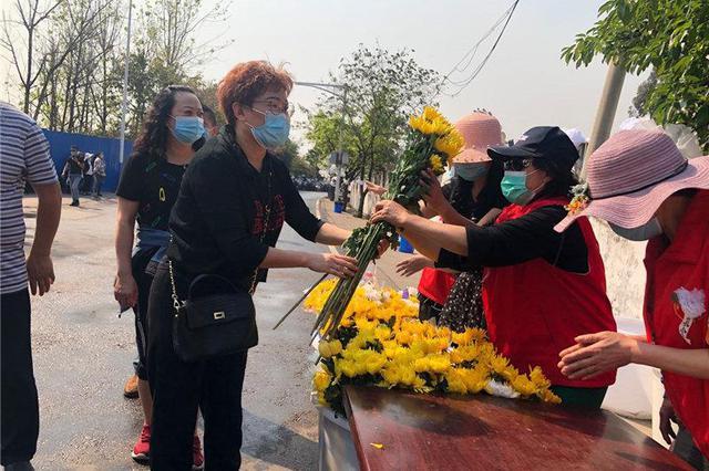 悼念英雄群众增多 西昌市区至殡仪馆的姜坡路实行交通管制