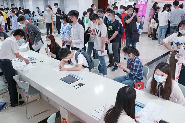 四川举办高校毕业生线下招聘会 提供5000余个岗位