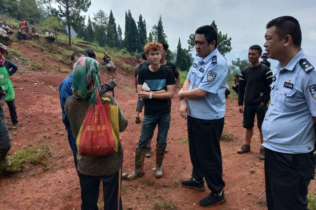 女子采蘑菇一夜未归 警民50余人地毯式搜寻将她救回