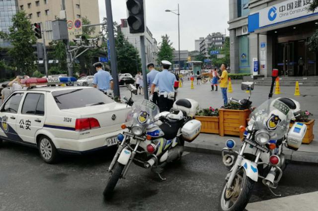 四川米易:为送父就医男子违章超速 交警骑车护送